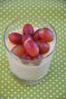 Pudding im Glas mit Weintrauben