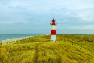 Leuchtturm am Meer auf Dünen