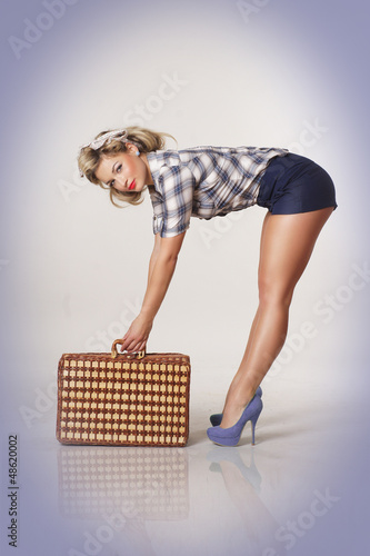 Pin-up Girl mit Koffer