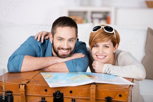 junges paar mit koffer und landkarte