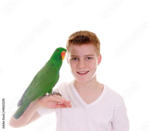 Junge mit Papagei auf der Hand