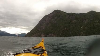 Expedicion en kayak, dia nublado, viento y olas.