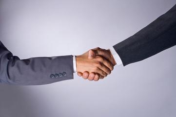 Geschäftsleute schuetteln sich die Hände