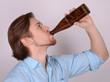 mann beim biertrinken