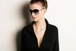 Model posiert mit Sonnenbrille