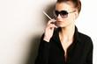 Frau mit Sonnenbrille und Zigarette