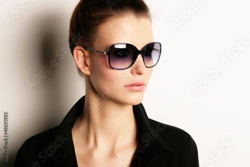 Model mit Sonnenbrille