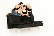 3 Mädls chatten auf der Couch