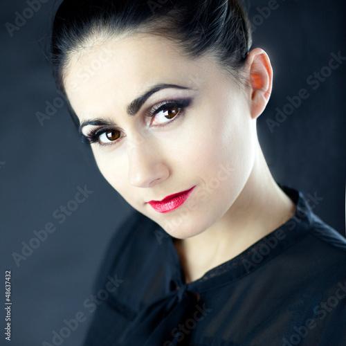 Urocza młoda kobieta w czarnym ubraniu