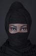 Frau tief verschleiert in schwarz