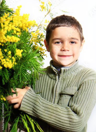 bimbo con mazzo di mimosa