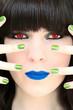 Blauer Lippenstift und grüne Fingernägel