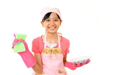 皿洗いをする笑顔の女の子