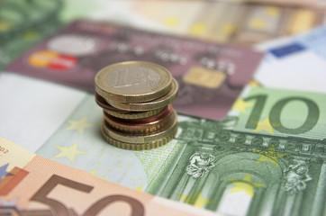 Euros, billetes y monedas, tarjeta de crédito