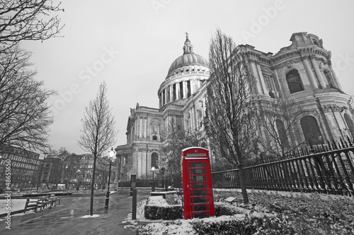 Poster Rood, zwart, wit St Paul's Cathedral and Red Phonebooth