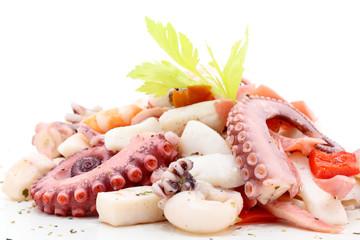 frutti di mare insalata su sfondo bianco