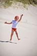 Mädchen am Strand in Bewegung