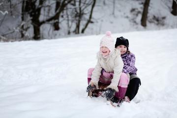 Zwei Mädchen beim rodeln