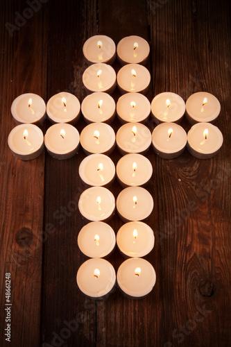 Kreuz aus Kerzen