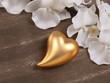 goldenes Herz mit Orchidee