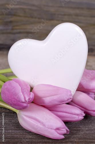 Herz mit rosa Tulpen auf Holz
