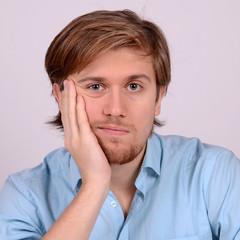 junger mann beim nachdenken