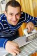 Hombre joven planchando ropa en el hogar.