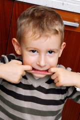 Gracioso niño haciendo muecas,expresivo.