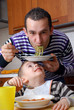 Padre e hijo comiendo pasta,disfrutando.