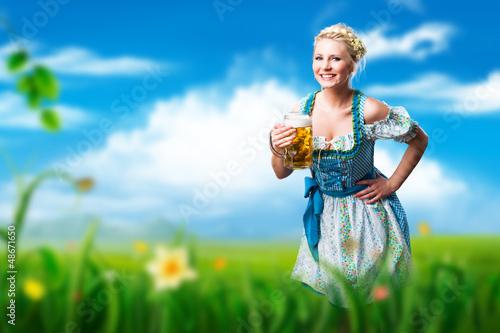junge brünette Frau im Dirndl mit Masskrug