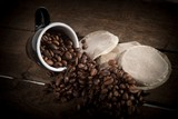 Fotoroleta Kaffeepads mit Kaffeebohnen