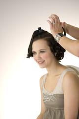 Femme se faisant coiffer