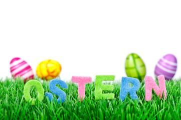 Ostereier und Osterschrift auf Wiese