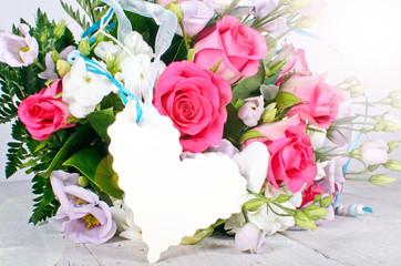 Gutschein, Gratulation: Rosenstrauß mit weißem Herz-Etikett