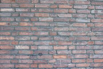 Schulhof Steinmauer vertikal