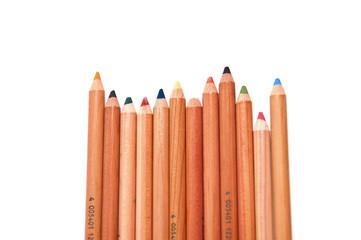 Цветные деревянные карандаши на белом фоне