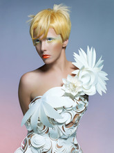 Belle dame en robe blanche