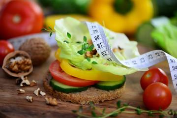 Diät,Gemüse auf Vollkornbrot