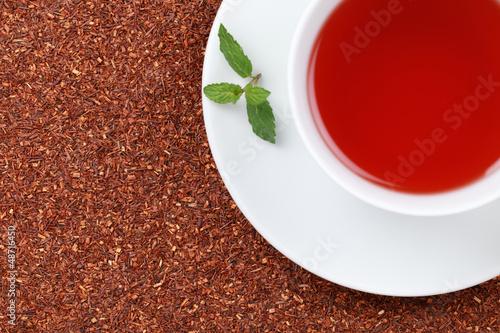 Rooibos Tee mit einer Melisse