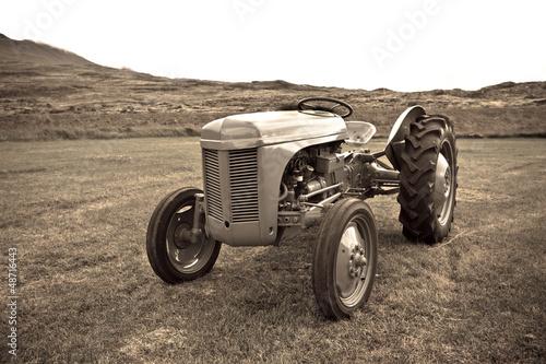 Retro Tractor on the Iceland field Obraz na płótnie