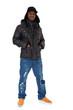 Dunkelhäutiger junger Mann in Winterkleidung