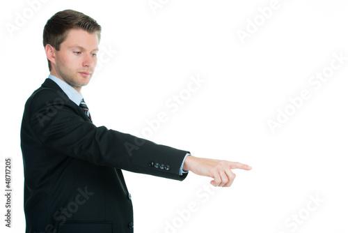 junger mann deutet mit den fingern