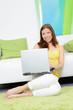 studentin bequem mit laptop zuhause