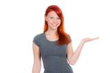 frau mit roten haaren streckt handfläche aus