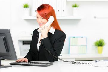 moderne bürokraft beim telefonat