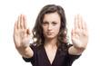 Junge Frau hält beide Hände abwehrend vor sich