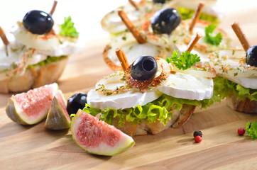 Fingerfood mit Ziegenkäse und Oliven