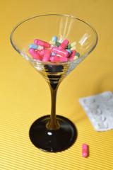 Cocktailglas mit Pillen