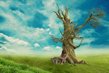 Niño cerca del árbol seco