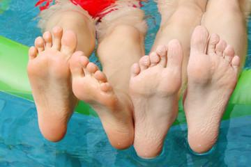 Pieds d'enfants à la piscine